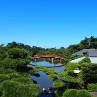 中津万象園~秋空~ 邀月橋と美術館を望む